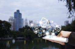 Mujer de negocios que envía el márketing del correo electrónico usando la tableta digital Fotografía de archivo libre de regalías