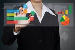 Mujer de negocios que escribe un concepto de la solución del negocio en el sc virtual Fotos de archivo libres de regalías