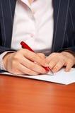 Mujer de negocios que escribe un contrato Imágenes de archivo libres de regalías
