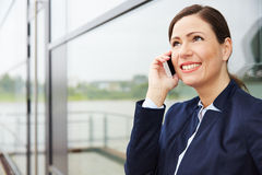 Mujer de negocios que escucha la llamada encendido Imagen de archivo