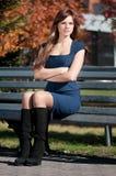 Mujer de negocios que espera una reunión en el parque Imagen de archivo libre de regalías