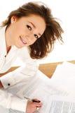 Mujer de negocios que firma un documento Foto de archivo libre de regalías