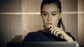 Mujer de negocios que fuma un cigarrillo electrónico dentro almacen de metraje de vídeo