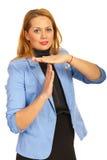 Mujer de negocios que gesticula tiempo hacia fuera Foto de archivo libre de regalías