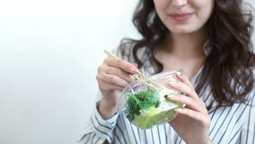 Mujer de negocios que goza de la ensalada fresca para la hora de la almuerzo en el escritorio de oficina metrajes
