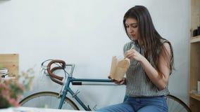 Mujer de negocios que goza de la ensalada fresca para la hora de la almuerzo en el escritorio de oficina almacen de video