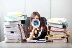 Mujer de negocios que grita con un megáfono Imagen de archivo libre de regalías