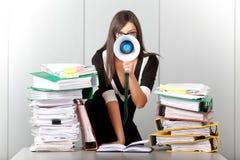 Mujer de negocios que grita con un megáfono Imagenes de archivo