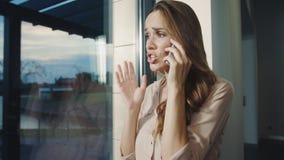 Mujer de negocios que grita en móvil Mujer chocada primer que habla en el teléfono almacen de metraje de vídeo