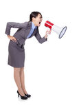 Mujer de negocios que grita en megáfono Foto de archivo libre de regalías