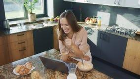 Mujer de negocios que habla en el ordenador en cocina Caf? de consumici?n de la mujer feliz