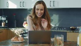 Mujer de negocios que habla en el ordenador portátil Persona sonriente del primer que tiene charla