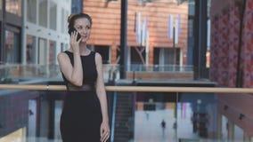 Mujer de negocios que habla en el teléfono Imagen de archivo libre de regalías