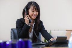Mujer de negocios que habla en el teléfono Fotografía de archivo libre de regalías