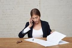 Mujer de negocios que habla en el teléfono Foto de archivo libre de regalías