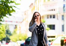 Mujer de negocios que habla en el teléfono al aire libre Imagen de archivo