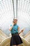 Mujer de negocios que habla en el teléfono celular fotos de archivo libres de regalías