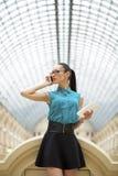 Mujer de negocios que habla en el teléfono celular fotografía de archivo