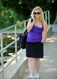Mujer de negocios que habla en el teléfono celular - inhabilidad Imagen de archivo libre de regalías