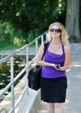 Mujer de negocios que habla en el teléfono celular - inhabilidad Imágenes de archivo libres de regalías