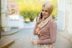 Mujer de negocios que habla en un teléfono celular Imagen de archivo