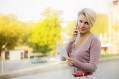 Mujer de negocios que habla en un teléfono celular Fotos de archivo libres de regalías