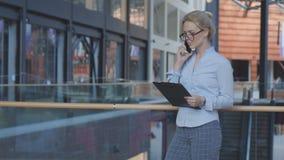 Mujer de negocios que habla por el teléfono Imagen de archivo libre de regalías