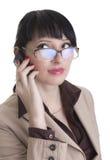 Mujer de negocios que habla sobre el teléfono celular Foto de archivo libre de regalías
