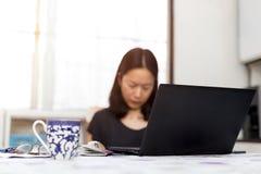 Mujer de negocios que hace el formulario de inscripción de pasaporte que llena en comput imagen de archivo libre de regalías