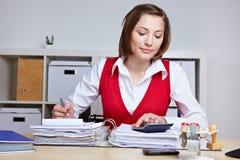 Mujer de negocios que hace la intervención de impuesto Fotografía de archivo libre de regalías