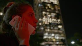 Mujer de negocios que hace llamadas de teléfono en la calle