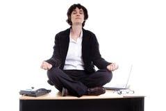 Mujer de negocios que hace yoga en su escritorio Imagen de archivo