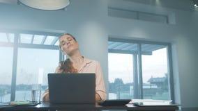 Mujer de negocios que intenta relajar en privado la casa Mujer cansada que se relaja después de trabajo almacen de metraje de vídeo