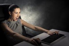 Mujer de negocios que juega a los juegos de ordenador imagen de archivo