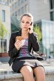Mujer de negocios que llama el teléfono - problemas Fotos de archivo libres de regalías