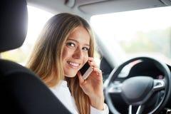 Mujer de negocios que llama en coche Foto de archivo