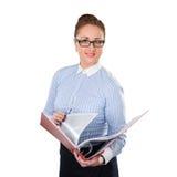 Mujer de negocios que lleva a cabo documentos del folderwith disponibles Fotos de archivo
