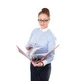 Mujer de negocios que lleva a cabo documentos del folderwith disponibles Foto de archivo libre de regalías