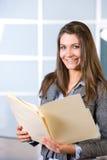 Mujer de negocios que lleva a cabo documentos jurídicos Foto de archivo libre de regalías