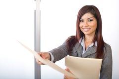 Mujer de negocios que lleva a cabo documentos jurídicos Imágenes de archivo libres de regalías