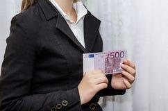 Mujer de negocios que lleva a cabo el euro 500 en sus manos fotos de archivo libres de regalías