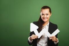 Mujer de negocios que lleva a cabo el gráfico en fondo verde foto de archivo libre de regalías