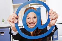 Mujer de negocios que lleva a cabo Internet en Imagenes de archivo