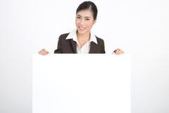 Mujer de negocios que lleva a cabo la muestra en blanco Imágenes de archivo libres de regalías