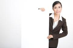 Mujer de negocios que lleva a cabo la muestra en blanco Imagenes de archivo