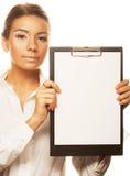 Mujer de negocios que lleva a cabo a la tarjeta blanca vacía Fotografía de archivo