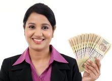 Mujer de negocios que lleva a cabo notas indias de la moneda Fotos de archivo libres de regalías
