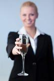 Mujer de negocios que lleva a cabo un Champán de cristal Foto de archivo