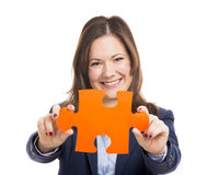 Mujer de negocios que lleva a cabo un pedazo del rompecabezas fotografía de archivo