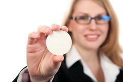 Mujer de negocios que lleva a cabo una muestra Imágenes de archivo libres de regalías